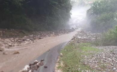 Kiša i grad oštetili puteve, uništili usjeve