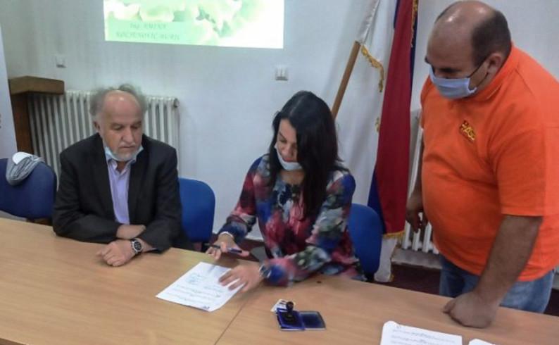 Potpisani ugovori o donaciji 12 plastenika