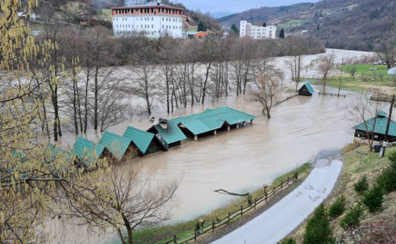 Drina poplavila kamp kućice