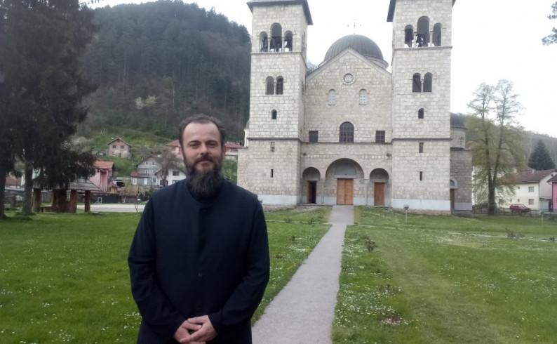 Spojio rad u školi i bogosluženje u Crkvi- profesor fizičkog obukao mantiju
